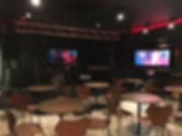 ライブハウスの大型ディスプレイ