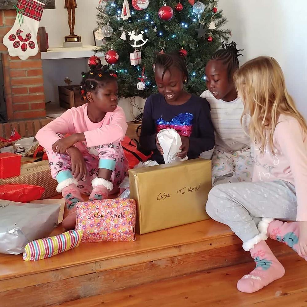 Abriendo los regalos el Día de Reyes