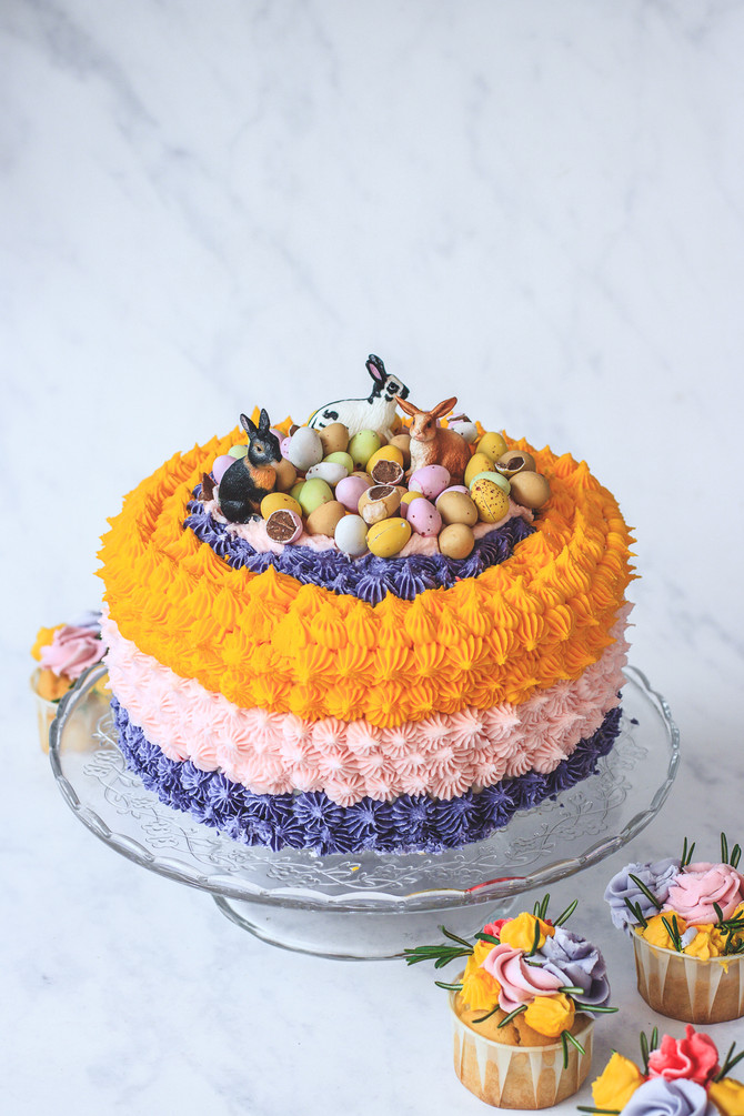 Easter cake yummy recipe: Sponge cake with pear, vanilla and almond buttercream