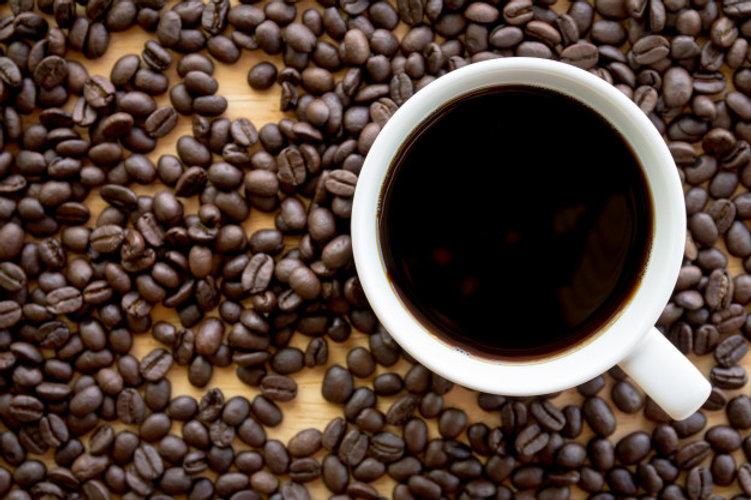 cafe-preto-em-uma-xicara-branca-com-grao
