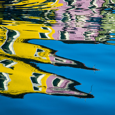 riflessi di burano sull'acqua