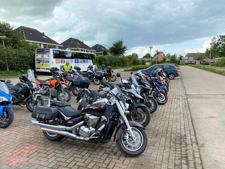 Grote groep motorrijders