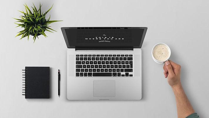 ordinateur portable à côté de plante et café