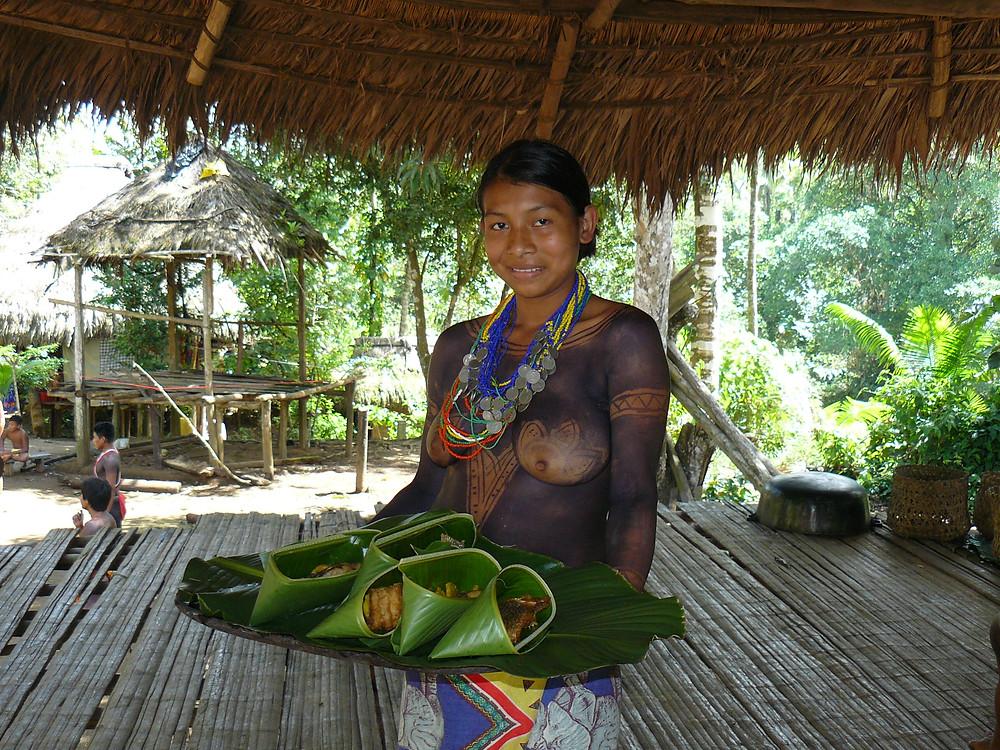 Mittagessen bei den Embera: frittierter Tilapia und Kochbananen serviert in einem Bananenblatt