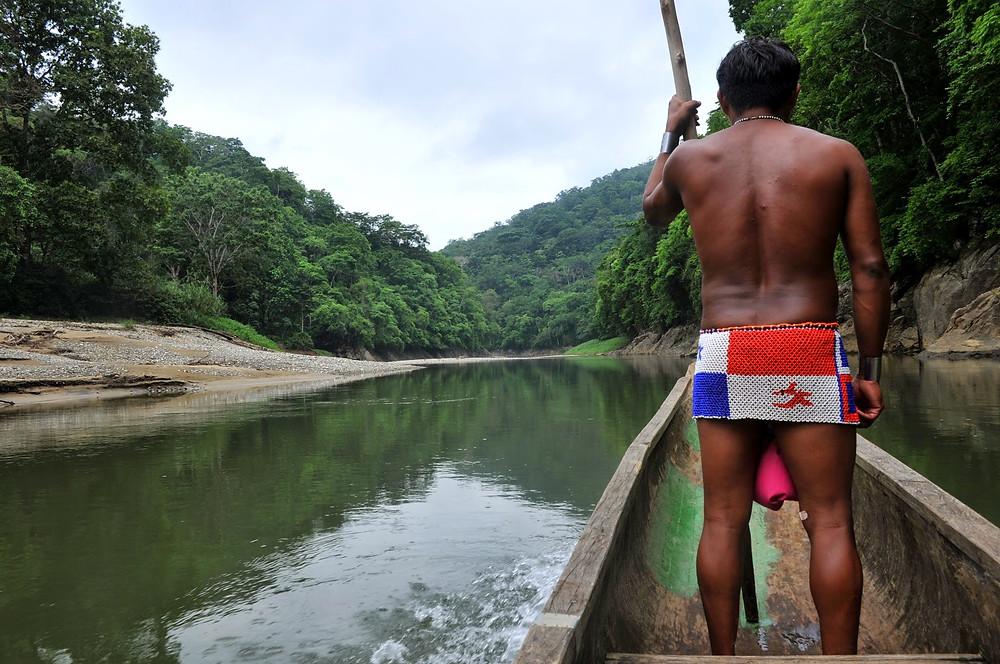 Mit dem Einboot der Embera Indianer unterwegs im Chagres Fluss