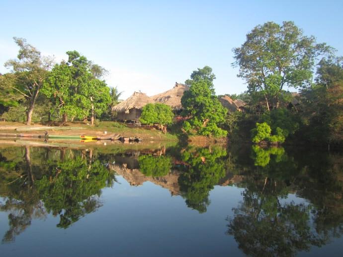 Emberadorf Tusipono am Ufer des Alajuelasee