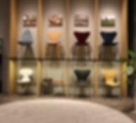 アルネ・ヤコブセンの名作椅子展示