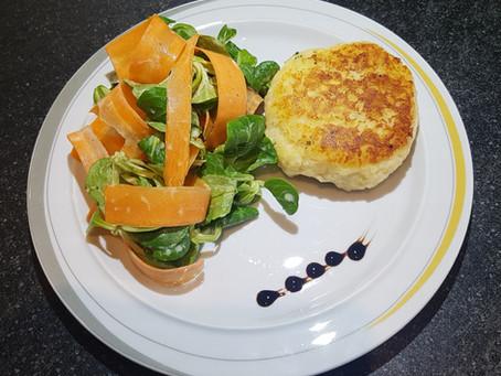 Kartoffel-Quarkpuffer mit Käseherz und Salat