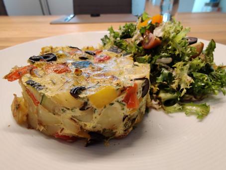 Sommerliche Gemüse-Frittata mit Salat
