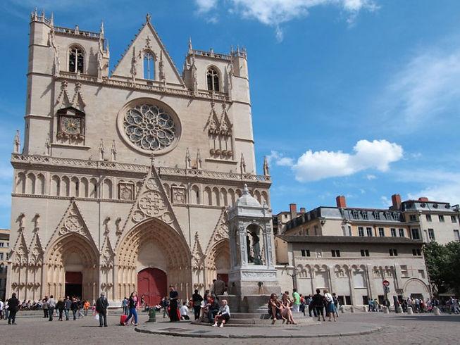 Cathédrale saint-jean dans le vieux-lyon et ses bouchons lyonnais