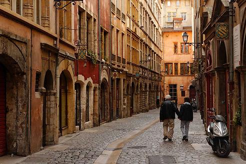 balade dans le Vieux-Lyon, le quartier des bouchons lyonnais.
