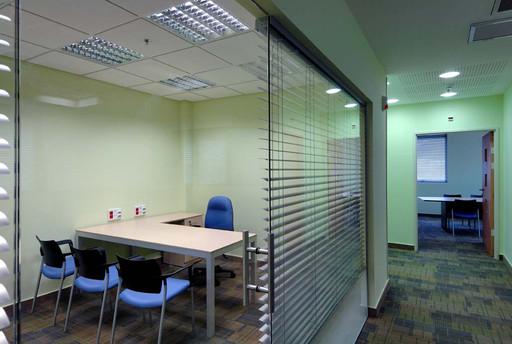 חלוקת קומה לחדרי עבודה וישיבות