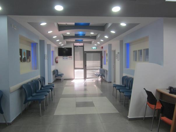 """מרפאה בסאג'ור, כ-250 מ""""ר.  העיצוב המיוחד של האזורים הציבוריים הושג באמצעים הפשוטים יחסית של עיבוד גבס, לוחות פוליגל צבעוניים, תאורה נסתרת"""