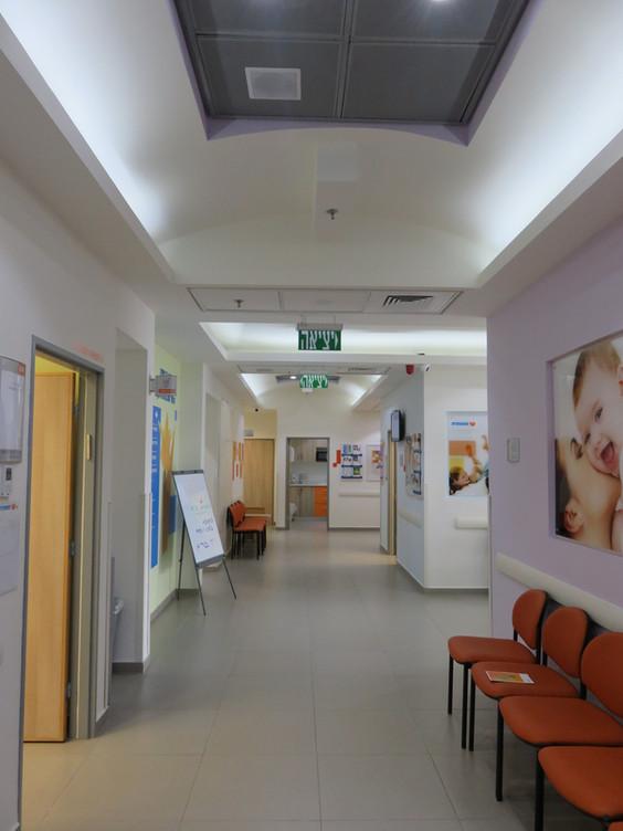 """חלל ההמתנה המרכזי במרפאה בשכונה חדשה בכפר סבא (כ-350 מ""""ר)"""