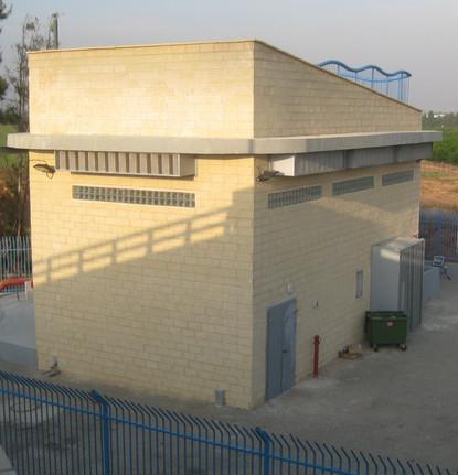 """תחנת שאיבה """"צמרות"""" כפר יונה. שימוש במשאבות טבולות (ולא במדור משאבות בהתקנה יבשה). לכן המבנה קטן יותר"""