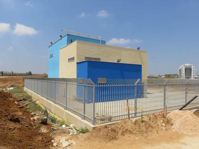 """תחנת שאיבה """"שרונה"""" בכפר יונה. עומק התחנה כ-15 מטר אל תוך האדמה, סך כל השטח כ-700 מ""""ר"""