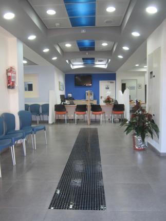 מסדרון הכניסה למרפאה בסאג'ור. העיצוב המיוחד של האזורים הציבוריים הושג באמצעים הפשוטים יחסית של עיבוד גבס, לוחות פוליגל צבעוניים, תאורה נסתרת