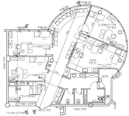 """מרפאה קטנה במיוחד, כ-140 מ""""ר במרכז מסחרי. על אף הצורה המוזרה והשטח הקטן יש ניצול מיטבי של השטח"""