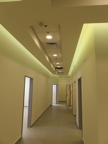 מסדרון במרפאה קטנה בגן יבנה