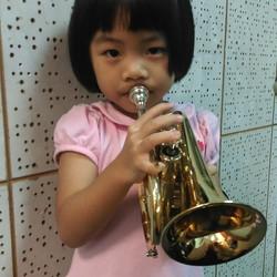 四歲就開始學迷你小號 !已經吹到一條完整scale! 很厲害呀!平平小妹妹向媽咪極力爭取,現在已在吹法國號(kid size)!而且音色