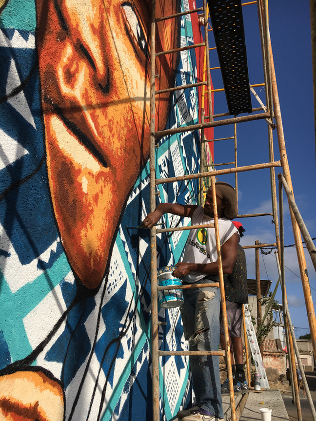 Edson Moreira e Amsf Goro ajudando no mural