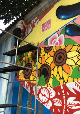 ananda nahu finalizando o mural