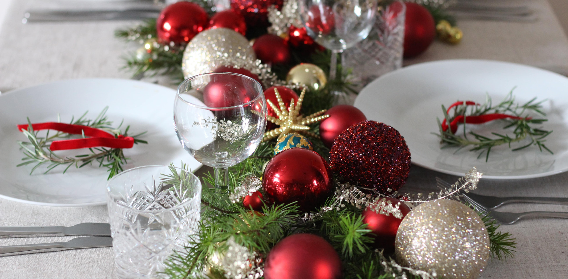 christmas-florist-table-red-gold