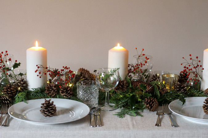 Classic Green White Winter Table Rosehip