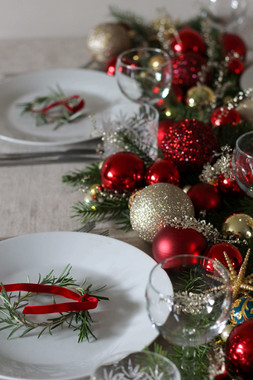 Bauble and Foliage Red Gold Green Table