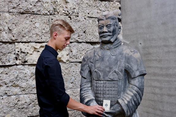 Statue mit Karte in der Hand