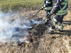 Stroh brennt am Boden