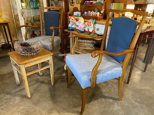 זוג כסאות עם משענות יד
