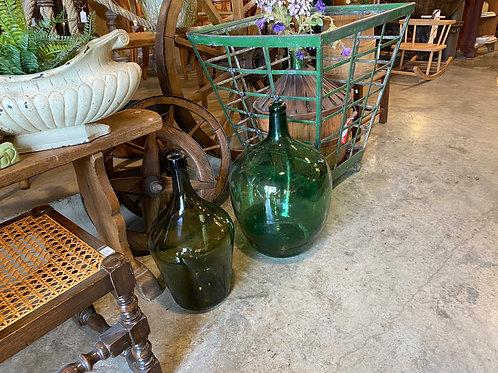 זוג בקבוקי זכוכית ירוקים