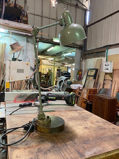 מנורת שולחן תעשייתית
