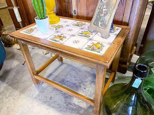 שולחן צד עם אריחי קרמיקה