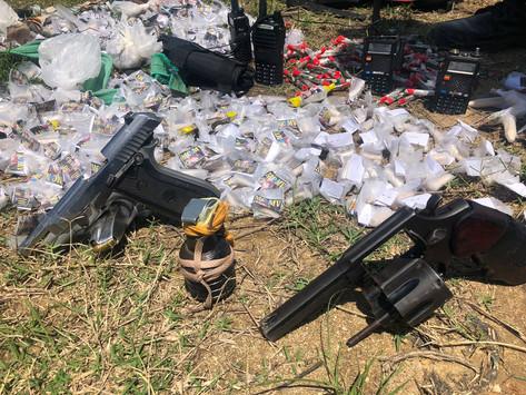 Quarteto é preso com drogas e armas em Itaipuaçu