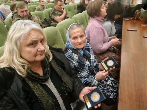 Міністр оборони вручив матерям полеглих буковинців-кіборгів пам'ятні знаки «Героям оборони ДАП»