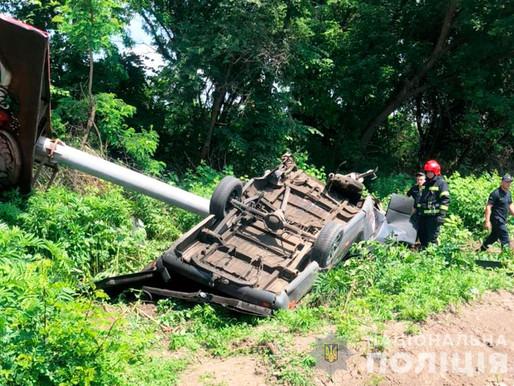 Мікроавтобус в'їхав у білборд, водій загинув