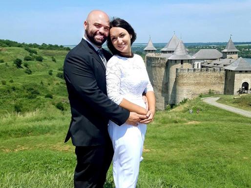 Стюардеса з Клішківців і авіадиспетчер з Канади одружилися біля стін Хотинської фортеці