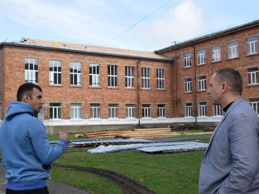 У Хотинському опорному закладі освіти триває масштабний ремонт покрівлі