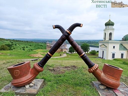 Гігантські копії старовинних люльок встановили у Хотинській фортеці