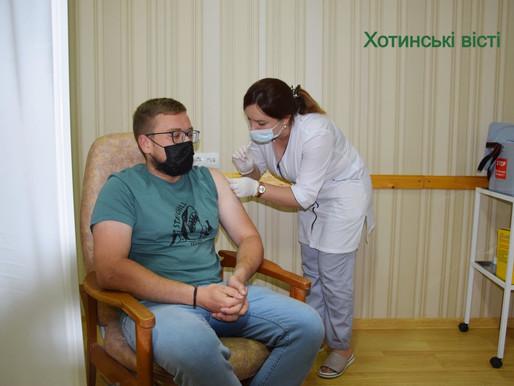 Центр масової вакцинації відкрився у приміщенні Хотинської міської ради