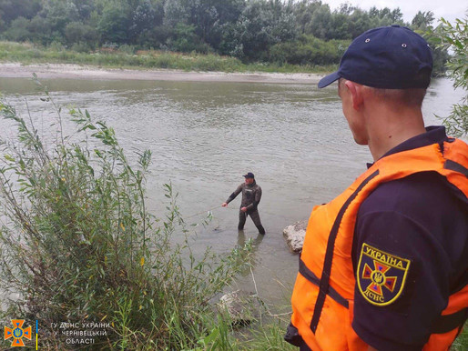 Рятувальники шукають двох людей, які зникли, купаючись у річці