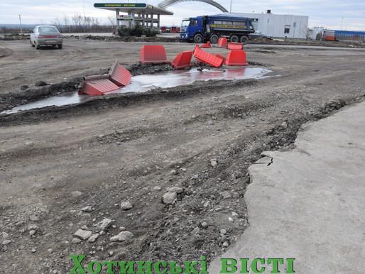 Розрили та залишили: будівництво кільцевої розв'язки біля Хотина затягнулося на місяці