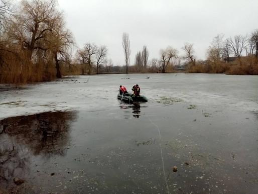Дністровський район: рятувальники витягли тіло чоловіка зі ставка