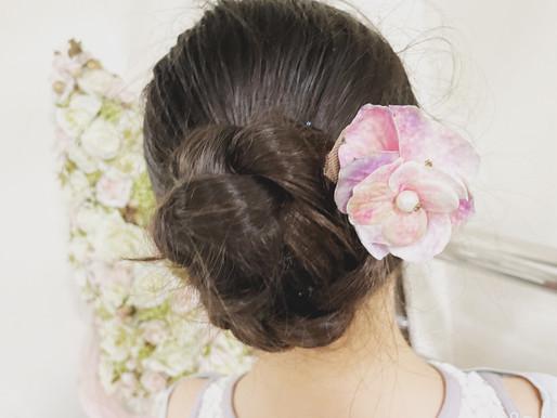 淡いピンク色のお花をシニヨンに付けて💕