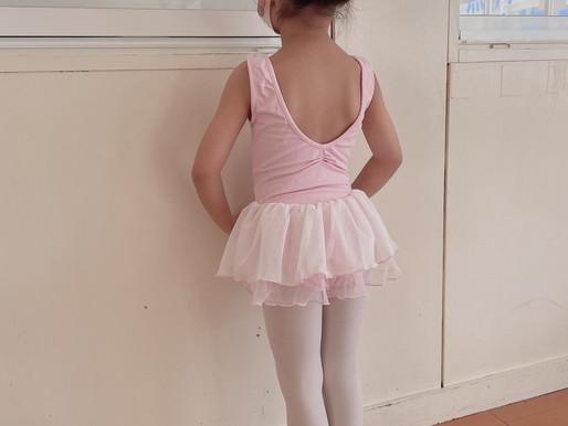 5歳、背筋ピンっと伸ばして1番ポジション✨バレエレッスンを通して姿勢が良くなります💕