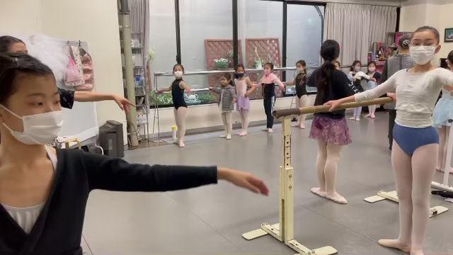 バレエ伴奏担当ピアニスト、松口先生の演奏でバレエレッスン♪