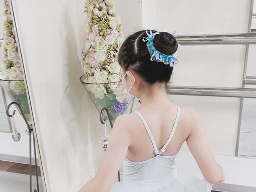 爽やかな水色でバレエレッスン✨💕 シニヨンもママが可愛くアレンジ🎵 お花との相性も素敵ですね♪