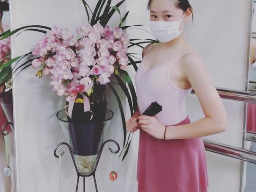 お花の色に合わせてコーディネート🌸 淡いピンクとローズの色合いは優しい女性にぴったり💕